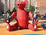 Красный мишка, сквер